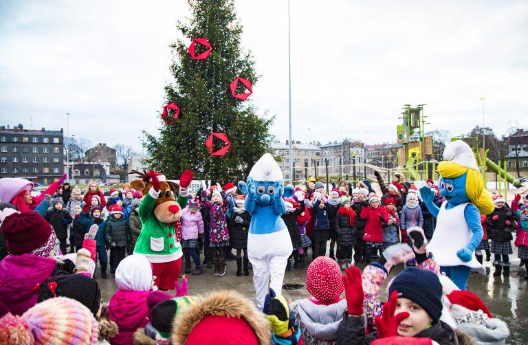 Centra sporta kvartālā iededz Ziemassvētku eglīti