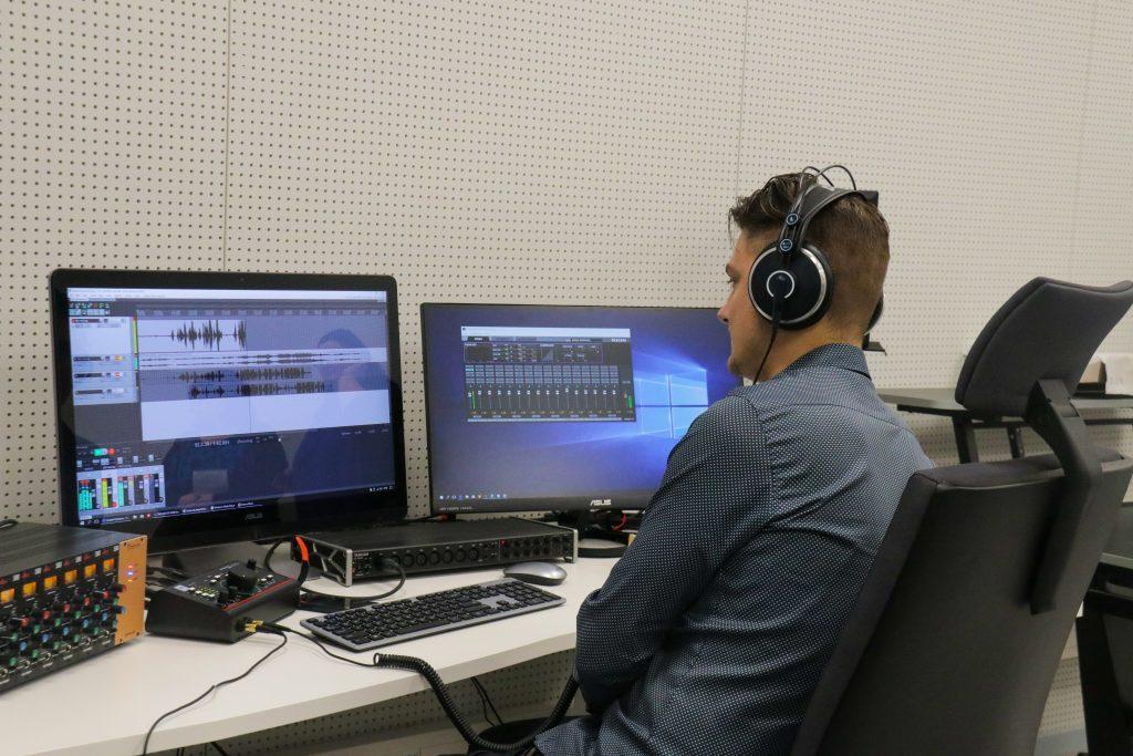 Rīgas Klasiskai ģimnāzijai izbūvēs jaunu piebūvi 10 laboratorijām; vēl divās Rīgas skolās ierīkos skaņu un video ierakstu studijas