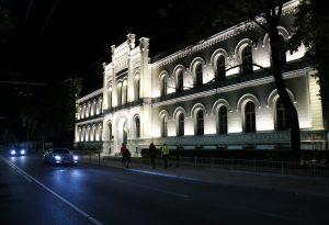 Pirmo reizi izgaismo Rīgas Valsts 1. ģimnāzijas vēsturisko ēkas fasādi