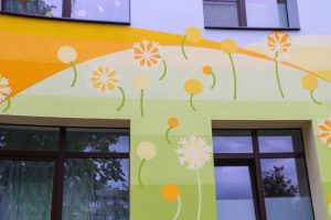 """Mangaļsalas apkaimē atklāj divu atjaunotu bērnudārzu ēku fasādes ar monumentālās glezniecības mākslas darbu """"Pieneņu pūkas"""""""