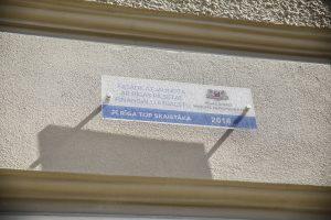 Piestiprina pirmo apliecinājuma plāksnīti pie kultūrvēsturiskas ēkas fasādes, kura šogad atjaunota ar Rīgas pašvaldības līdzfinansējumu